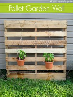 Pallet garden in your patio, balcony, garage or backyard can add amazing looks and freshness. Pallet garden can be arranged in minimum available spaces even you Pallet Garden Walls, Vertical Pallet Garden, Herb Garden Pallet, Pallet Wall Decor, Vertical Garden Design, Pallets Garden, Vertical Gardens, Pinterest Pallets, Pallet Furniture Designs