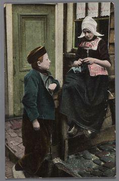 Jongen en een meisje in dracht voor een woning te Volendam. 1910-1920 #NoordHolland #Volendam