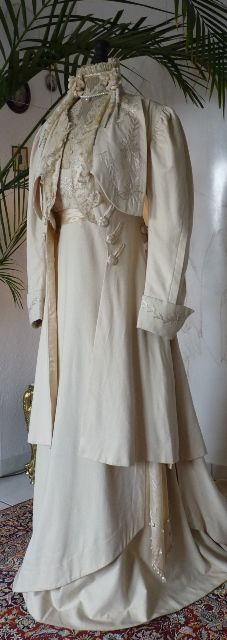 Art Nouveau Gala or Evening Gown with Coat, ca. 1909 find more women fashion… Edwardian Gowns, Edwardian Clothing, Antique Clothing, Historical Clothing, 1900s Fashion, Edwardian Fashion, Vintage Fashion, Belle Epoque, Vintage Gowns