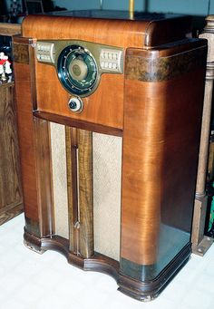Vintage Zenith Console Radio, Model 12S-568, With the Zenith Robot (or Shutter) Dial, Circa 1941.