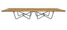 Tavolo disegnato da Renzo e Matteo Piano e realizzato in kauri millenario proveniente dalla Nuova Zelanda.La sua è una storia particolare, in quanto fa parte della collezione di tavoli del Progetto