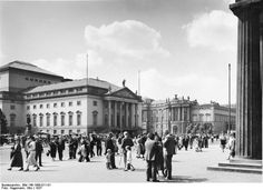 1937 Staatsoper Unter den Linden, Blick von der anderen Straßenseite von Unter den Linden auf Staatsoper, Bibliothek und Altes Palais am Bebelplatz - rechts eine Säule der Neuen Wache