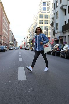 Richy Koll - Vans Sneakers, Cheap Monday Jeans, Levi's® Jutebeutel, H&M T Shirt, Levi's® Jeansjacket - In a hurry!