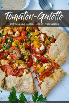 Recipe: tomato galette with feta and sesame - Gernekochen.de - Quick tomato galette with feta and sesame. The godet is made quickly and, above all, really tasty. Feta, Eating Plans, Vegetable Pizza, Veggie Food, Mozzarella, Crockpot Recipes, Salad Recipes, The Best, Meal Planning