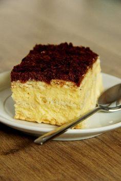 Coś dla tych, którzy nie przepadają za pieczeniem lub najzwyczajniej w świecie nie posiadają piekarnika. Przepyszne ciasto, niezwykle kremo...