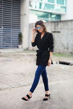 Blazer acinturado com laço, calça jeans azul, mule de bico fino e salto