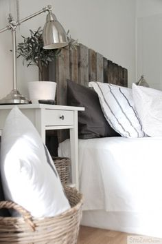 White Wood Headboard - Design photos, ideas and inspiration. Amazing gallery of interior design and decorating ideas of White Wood Headboard in bedrooms by elite interior designers. Home Diy, Pallet Headboard Diy, Pallet Furniture, Pallet Diy, Home Bedroom, Furniture, Interior, Home Decor, Headboards For Beds