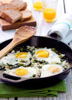 4 Points About Vintage And Standard Elizabethan Cooking Recipes! Recipe: Green Shakshuka Breakfast Recipes From The Kitchn Vegetarian Dinners, Vegetarian Recipes, Cooking Recipes, Skillet Recipes, Egg Recipes, Healthy Dinners, Vegetarian Eggs, Pasta Recipes, Veggie Meals