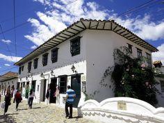 21. Si vas a Villa De Leyva en un día soleado, esta sería la vista de una casa esquinera