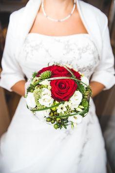 Fotograf: Matthias Brabetz Photography. Foto einer Braut in weißem Brautkleid mit klassischem Brautstrauß mit roten und weißen Rosen. Mehr Infos zu Matthias: http://hochzeits-fotograf.info/hochzeitsfotograf/mathias-brabetz-photography