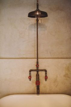 A Family Home that Redefines Living with Pets and Kids Exposed copper pipe shower with industrial handles. Home of Betsy Ginn of SMID via Design*Sponge. Industrial Showers, Industrial Bathroom, Modern Bathroom, Small Bathroom, Industrial Pipe, Design Bathroom, Master Bathroom, Copper Shower Head, Copper Bathroom
