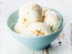 Vanilleeis selber machen - das Grundrezept für Eisfans Vanilla ice cream is the classic par excellence. With our recipe, you can prepare the creamy ice cream with a sweet hint of vanilla in no t Protein Ice Cream, Banana Ice Cream, Vanilla Ice Cream, Clotted Cream, Whey Protein, High Protein, Homemade Vanilla, Homemade Ice Cream, Best Junk Food
