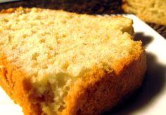 Excelente receita de bolo bem fofo para aproveitar claras. Receita de Bolo Claro Ingredientes Farinha - 125 gr Fermento - 1 Colher de sobremesa Açúcar - 250 gr Manteiga sem Sal - 125 gr Amêndoa - 80 gr Clara - 7 Açúcar - 3 Colheres de sopa Instruções Bate-se a manteiga com o açúcar. Junta-se 50 grs de amêndoas passadas pela máquina. Bater as claras em castelo. Deita-se uma porção de claras na mistura anterior e vamos misturando com cuidado. Vai-se juntando o resto das claras pouco a pouco…