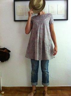 la robe E - coupée en taille 7, un peu juste aux épaules. parmenture remplacée par biais - Pour plis creux, voir tuto sur jca - J'ai réduit la largeur des jupes devant et dos, mais ai conservé les fronces dans le dos (que j'ai fait comme prévu en 2 parties).   très confortable, facile.