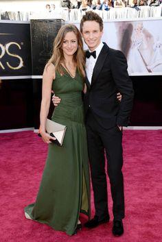 La alfombra roja de los Oscar 2013. Eddie Redmayne, actor en una de las películas nominadas de la noche, Los Miserables, Oscar 2013 con un perfecto tuxedo de Alexander McQueen junto a Hannah Bagshawe.