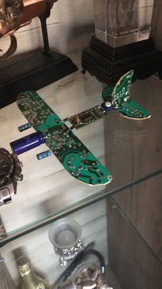 Avion din plăci electronice