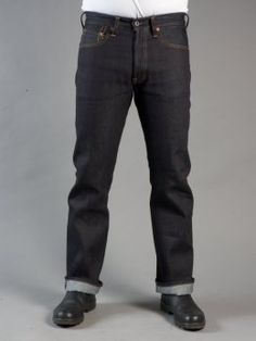 Rovný střih s normálně vysokým pasem. 13,5 uncový japonský selvage denim.  [ Clint is a straight fit with normal waist. Here in a 13,5 oz japanese selvage denim with leatherpatch on back! It's 13,5 Oz Right Hand Twill, Ringspun yarn, Extremely da…