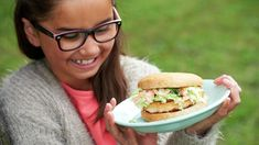 Oppskrifter - MatStart Salmon Burgers, Grilling, Chicken, Ethnic Recipes, Salmon Patties, Crickets, Grill Party, Buffalo Chicken, Cubs