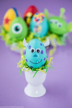 DIY Disney Pixar Easter Eggs – how to make character Easter eggs inspired by Disney Pixar movies. Creative Easter egg decorating ideas for kids. Funny Easter Eggs, Disney Easter Eggs, Easter Egg Dye, Bunny Crafts, Hoppy Easter, Easter Crafts For Kids, Kids Diy, Disney Pixar, Diy Disney
