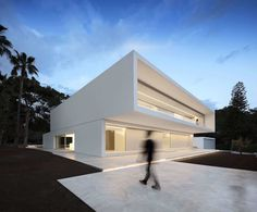 House Between the Pine Forest is a minimal residence located in Paterna, Spain, designed by Fran Silvestre Arquitectos. Twenty-one plateaus and seven volumes tell the story of this house.