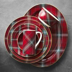 Welcome holiday guests to a very merry table, beautifully set with our festive dinner plates. Embellished with a traditional Scottish tartan pattern surrounding a creamy white center, each plate is rimmed with a shimmering golden border fillet. Christmas Dinnerware Sets, Christmas Dinner Plates, Christmas Dining Table, Christmas Table Settings, Christmas Tablescapes, Plaid Christmas, All Things Christmas, Welcome Holidays, Home Decoracion