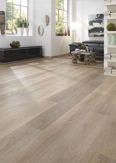Ein wunderschönes, helles Wohnzimmer mit Vinylboden von KWG. Hier verlegtes Vinyl: Infinity Extend Silbereiche Natur