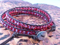 Bracelet wrap en cuir et perles en cristal rouge    Entièrement tissé à la main. Fermeture par un joli bouton en métal argenté garanti sans nickel.