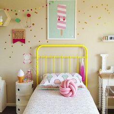Bonitos colores en la #HabitaciónInfantil. Mesita auxiliar de tres cajones disponible en Innova, en diferentes tamaños y colores | #DecoraciónInfantil #MobiliarioInfantil