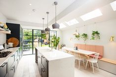 BuildTeam London's Side Return Extension Company (premier maintenance and refurbishment) Small Open Plan Kitchens, Open Plan Kitchen Dining Living, Open Plan Kitchen Diner, Kitchen Benches, Living Room Kitchen, New Kitchen, Kitchen Extension Side Return, Kitchen Diner Extension, Side Extension