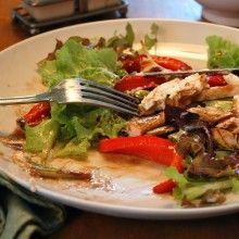 Chicken & Goat Cheese Salad with Roasted Red Pepps and a Balsamic Honey Dressing Oven Baked Chicken Tenders, Breaded Chicken, Goat Cheese Stuffed Chicken, Goat Cheese Salad, Roasted Red Peppers, Salad Recipes, Drink Recipes, Stuffed Peppers, Cooking