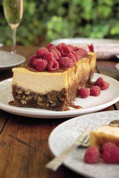 Gebakte pekanneutkaaskoek met karamelsous en frambose Melktert, Cheesecakes, Baking, Ethnic Recipes, Desserts, Afrikaans, Peppa Pig, Sweet Stuff, Food