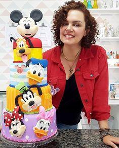 Impressionante esse bolo com o tema Mickey e sua Turma! Credito: @artedaka Agradecimentos: @topisopor @pejumel_massa_fox #Festainfantil #CustomCake #BoloPersonalizado #BoloMickeySuaTurma #FestaMickeySuaTurma #MickeySuaTurma #Mickey #SuaTurma Minni Mouse Cake, Minnie Mouse Birthday Cakes, Minnie Cake, Mickey Mouse Clubhouse Birthday, Friends Cake, Mickey And Friends, Cupcakes Mickey, Toddler Birthday Cakes, Bolo Mickey