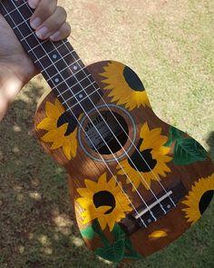 Great idea to decorate your ukulele! Arte Do Ukulele, Ukulele Songs, Ukulele Chords, Guitar Painting, Guitar Art, Violin, Painted Ukulele, Painted Guitars, Ukulele Design