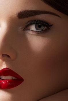 classic makeup, black eyeliner, simple but bold Cat Eye Makeup, Eye Makeup Tips, Hair Makeup, Classic Eyeliner, Black Eyeliner, All Things Beauty, Beauty Make Up, Hair Beauty, Bridal Makeup