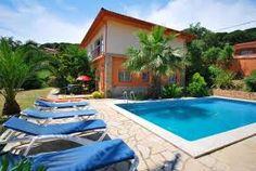 Geheel vrijstaande en ruime villa met 4 slaapkamers, 2 badkamers, grote tuin met privé zwembad, barbecue nabij Lloret de Mar.