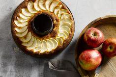 Appels met ahornesiroop en amandelen zijn een perfecte combinatie, en komen heerlijk tot hun recht in deze heerlijke cake. Een echt verwen-dessertje!