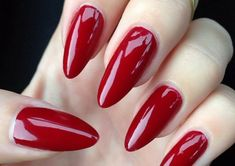 unghie rosse gel, forma a stiletto e finitura extra lucida per un risultato  chic