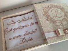Caixa em mdf, totalmente forrada com tecido arabesco bege , bordada na tampa, lado externo.  Acompanha 1 toalha bordada.  Medidas 16x6x5 cm.  Preço é correspondente a 1 caixa.