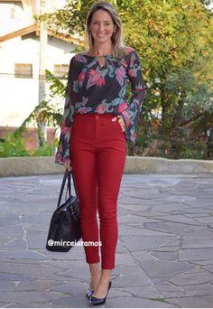 Look de trabalho - look do dia - look corporativo - moda no trabalho - work outfit - office outfit -  spring outfit - look executiva - look de primavera - look de meia estação - calça vermelha - marsala - red - camisa estampada - Scarpin - black