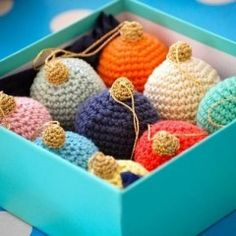 Crochet Christmas Bauble Free Tutorial- Greedyforcolour.blogspot.com