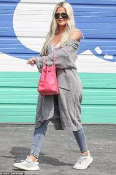 Khloe Kardashian is dressed in a long grey sweater cardigan, Hermes pink bag, and Yeezy sneakers. Style Khloe Kardashian, Koko Kardashian, Estilo Kardashian, Kardashian Jenner, Style Outfits, Mode Outfits, Casual Outfits, Fashion Outfits, Fashion Trends