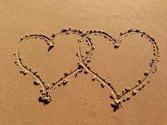 Joyeuse Saint Valentin coeurs réalisés sur la plage