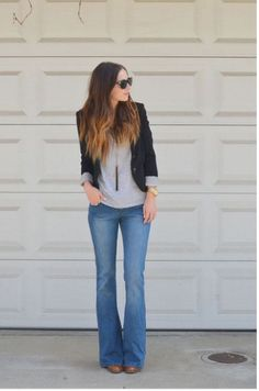 Calça jeans flare, camiseta cinza, blazer