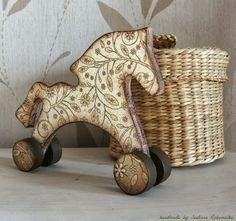 Очечник и деревянные игрушки на колесиках. Декупаж.