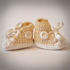 Baby Tschax gehäkelt in cream von rheinstück. Nachhaltig mit Liebe gemachte Babyschuhe!