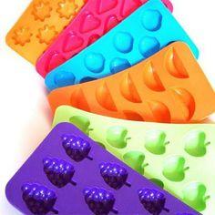 Cómo hacer caramelos de goma caseros. Los caramelos son algunas de las golosinas que más gustan a niños y adultos. Pero, a menudo, en cantidades excesivas son uno de los causantes de los problemas dentales, sobre todo de los más pequeños,...