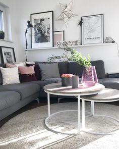 In diesem Wohnzimmer stimmt einfach jedes Detail! Eine gemütliche Sofa-Landschaft mit kuscheligen Kissen, kombiniert mit einer stylischen Gallery Wall mit coolen Deko-Accessoires. Dazu ein Besitelltisch-Set im Scandi Look mit frischen Blumen und Zweigen, sowie unsere Stumpenkerze Rustica aus unserer Westwing Basics Kollektion! Just perfect. // Wohnzimmer Sofa Couchtisch Kissen Vase Blumen Gallery Wall Ideen Einrichten Gestalten #WohnzimmerIdeen #Bilderwand #GalleryWall @im_hause_n