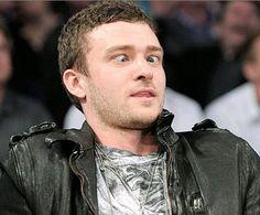 ¿Qué estaría viendo Justin Timberlake para hacer este chistoso gesto? Jessica Biel seguro NO tuvo nada que ver!