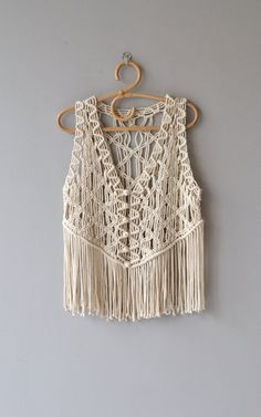 Vintage cream cotton macrame vest with round macrame buttons and long fringe. ✂-----Measurements fits like: one size bust: up to 42 length: 24 Macrame Dress, Macrame Bag, Macrame Knots, Micro Macrame, Crochet With Cotton Yarn, Hand Crochet, Crochet Top, Cotton Fabric, Macrame Design