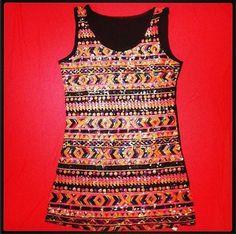 Uma das peças chaves da nova coleção Chic Boom é a Blusa Sahara! Bordada em paetê formando um desenho étnico! Segue as tendências de estampas étnicas e dos tons de neon! #neon #etnico #tribal #tendencia #paete